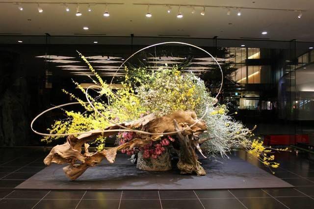 """2015年3月 「いけばな×百段階段2015」にてエントランス・ロビーに作品展示(東京・目黒雅叙園) March, 2015 In the exhibition """"Ikebana × Hyakudan Kaidan 2015"""", arranged welcome flowers at the lobby of Meguro Gajoen, Tokyo. #ikebana #sogetsu"""