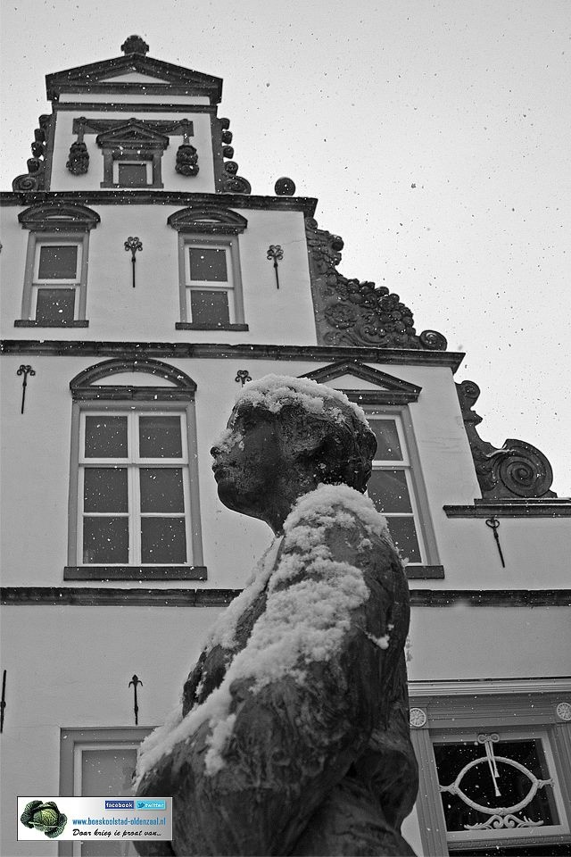 Boeskoolstad Migoriushuis met beeld  lopende vrouw