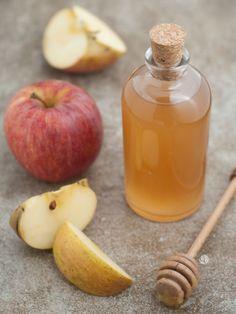 Hacer vinagre de manzana es muy fácil y el sabor es delicioso. Puedes hacerlo con manzanas enteras o con el descarte, de esa manera estarás aprovechando al máximo este alimento.   Valoración RecetaVinagre de Manzana Casero AutorFran AmenábarPublicado en 2017-08-07