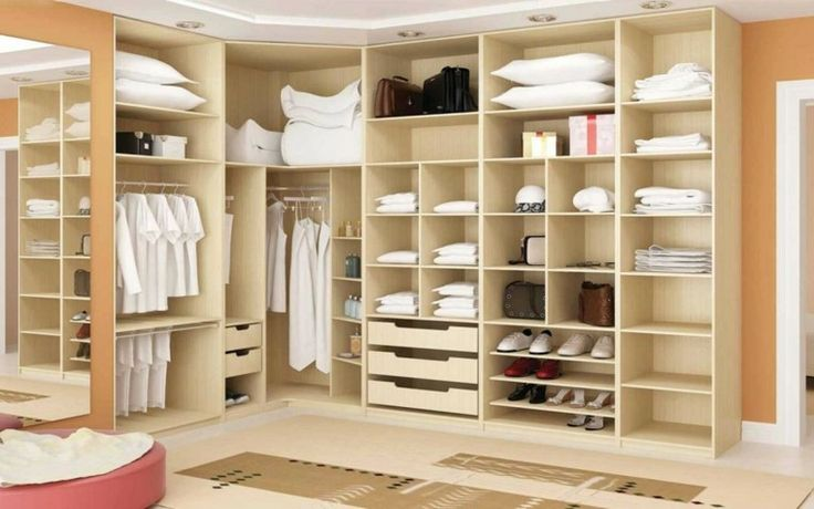 alfombras crema y mueble