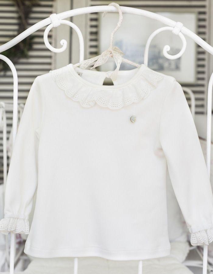 Camiseta Mi Canesú confeccionada en algodón color crudo, con cuello volante bordado, con manga larga y detalle de bordado rematando el puño.