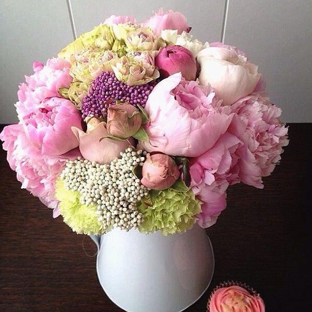 Облако из пионов, роз и нежно зеленых гвоздик www.lacybird.ru/ #flower #bouquet