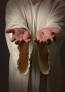 Juan 20:26-29 Ocho días después, estaban otra vez sus discípulos dentro, y con ellos Tomás. Llegó Jesús, estando las puertas cerradas, y se puso en medio y les dijo: Paz a vosotros. Luego dijo a Tomás: Pon aquí tu dedo, y mira mis manos; y acerca tu mano, y métela en mi costado; y no seas incrédulo, sino creyente. Entonces Tomás respondió y le dijo: !!Señor mío, y Dios mío! Jesús le dijo: Porque me has visto, Tomás, creíste; bienaventurados los que no vieron, y creyeron.