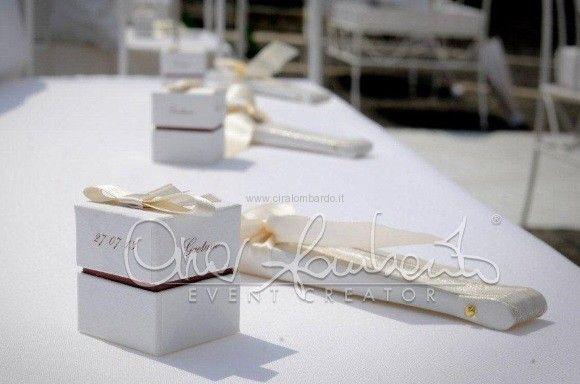 Matrimonio estivo all'aperto.Ventaglio coordinato a scatolina portariso. Dettagli di eleganza