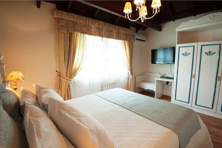 Visão de uma das Suítes Júnior do Hotel Casa da Montanha localizado no centro de Gramado RS.  #hotelcasadamontanha #hotelemgramado #hoteisemgramado #gramado #serragaucha