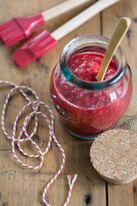 Suikervrije compote maken is helemaal niet moeilijk. En met de toevoeging van zoete frambozen heb je bij deze rabarber compote geen suiker meer nodig.