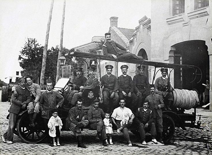 Uno de los primeros coches de bomberos a motor. Parque número 1 de Santa Engracia. Chamberí, 1920