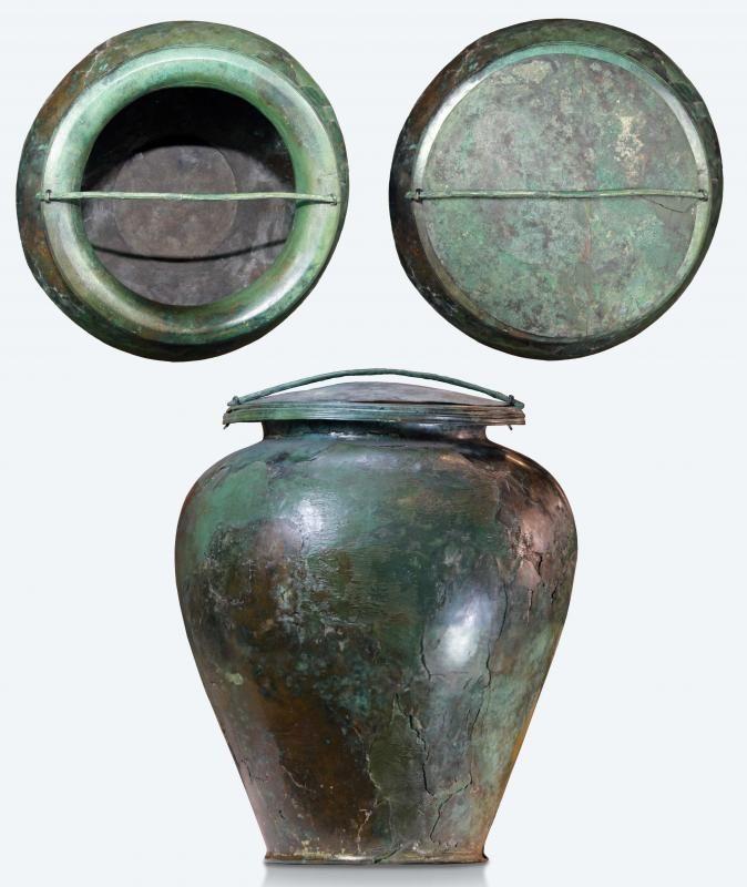 Grande vaso in bronzo (stamnos) con coperchio, cinerario della Tomba del Carro della Ca' Morta, V sec. a.C. © MIBACT