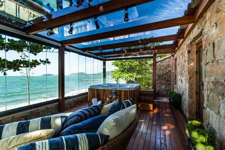 Essa casa de veraneio localizada na praia de Canasvieiras, em Florianópolis, pode ser considerada por muitos como um verdadeiro paraíso na terra. Fica até dificil de acreditar que o lugar tão especial costumava ser um espaço praticamente abandonado antes de sua transformação completa, comandada pela arquiteta Juliana Pippi. A pedido do cliente, a reforma geral …