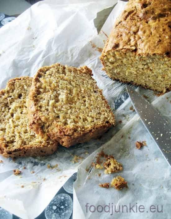 """Αυτό το μπλόγκ αγαπάει τα κέικ και ειδικά τα κέικ καρότου! Θυμάστε το μεσογειακό κέικ καρότου με ελαιόλαδο, ή το κέικ καρότου του Rose Bakery στο Παρίσι; Και τα δύο υπέροχα, πεντανόστιμα και """"σιγου..."""