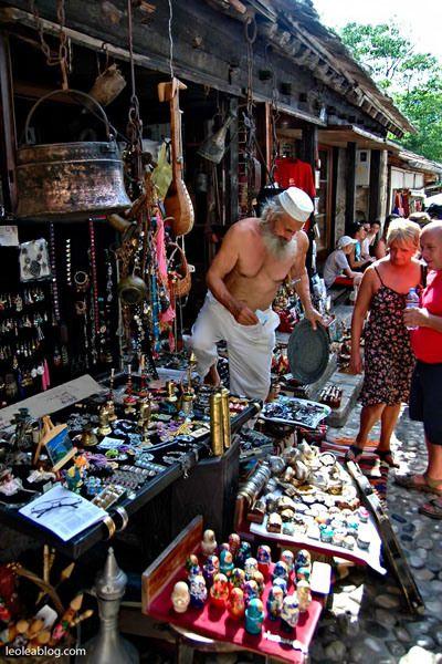 Bośnia i Hercegowina - Mostar Bosnia and Herzegovina - Mostar #mostar #bosnaandherzegovina #center #citycenter #adventure #oldtown #holidays #travel #traveller #travelaroundtheworld #journey #vacations #europe #vacationineurope #summer #summertime #eu #targowisko #targowanie #sprzedawca #targ #pamiątki #souvenir