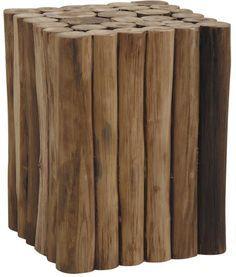 Le tabouret cube en rondin de teck reflète un jeu de formes, synonyme d'authenticité et d'élégance.  D'une esquisse angulaire, il se décline en un foisonnement de rondin de bois.  Ces derniers ont gardé leur aspect brut afin de refléter le naturel et le talent des artisans de la maison de design Aubry Gaspard.  Le choix du teck recyclé est motivé par sa robustesse et sa vertu écologique.