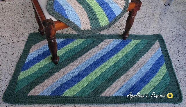 A idéia era fazer um tapete e tampa de vaso para banheiro masculino. Colorido…
