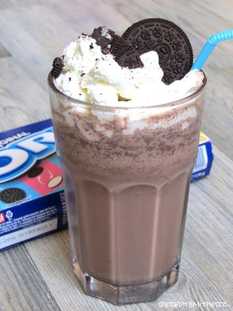 Jetzt, im Sommer dürfen Frappuccinos doch nicht fehlen.Hier habe ich einen absolut köstlichen Frappe für Euch. Es handelt sich dabei um einen Frappe mit Vanilleeis, Kakao udn Oreo Keksen darin. Garnie