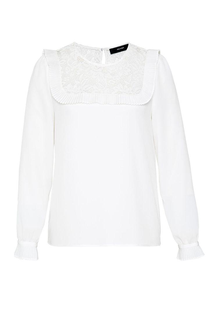 Romantisch-feminin präsentiert sich diese HALLHUBER Bluse @aboutyoude – dank Passe aus transparenter Spitze, die von einer locker fallenden Plissee-Rüsche eingerahmt ist. Der gerade Schnitt schenkt dem Blusentop eine körperumspielende Silhouette, während das leicht transparente Crêpe-Gewebe für die elegante Seidenoptik sorgt. Das Blusentop kommt mit Rundhalsausschnitt sowie Schlitz und Knöpfchen im Nackenbereich. Abgerundet wird das Design durch die Ärmelmanschetten.