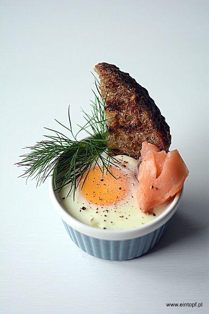 eintopf: jajko zapiekane w śmietanie z wędzonym łososiem