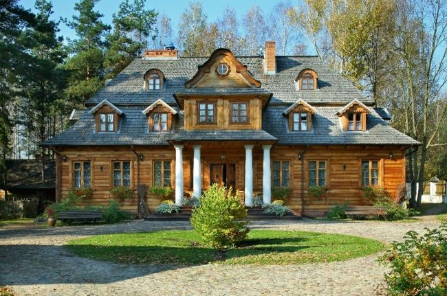 """Dwór """"Zaścianek"""" w Borsukach wybudowany w 1923 roku jako plebania. Obecnie - własność prywatna, funkcjonuje jako pensjonat."""