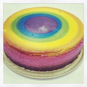 Der Regenbogen-Käsekuchen schmeckt einfach himmlisch. Durch die verschiedenen Farben ist er ein richtiger Hingucker auf Parties. Auch Kinder lieben ihn.