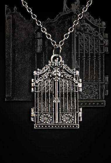 Collier portail gothique romantique qui s'ouvre