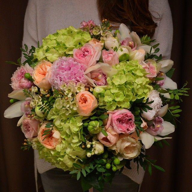 Настроение поднимается с каждой минутой этого пятничного дня☺ радует все - спешащие за цветами мужчины, улыбающиеся лица прохожих, заглядывающих в нашу студию и конечно, свежие пятничные цветы!!! ☺❤ отличного настроения и вам, любимые!