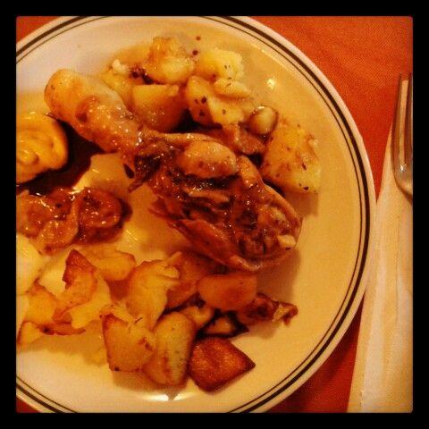 Menù del dia! Cosce di pollo cotte in farina e birra con patate arrosto, salsa greca e maionese al curry!
