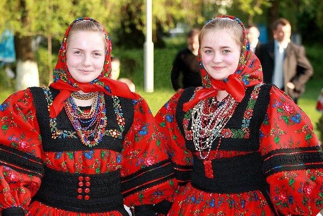 Tinere din Tara Oasului in costume traditionale
