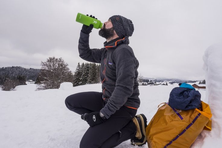 Look #Patagonia avec veste chaude polaireM's R3 Hoody, la thermos Hydro Flask, les bottes #Sorel Caribou, le #sac à dos Patagonia Cinch Pack, et le pantalon de ski Kniferidge.