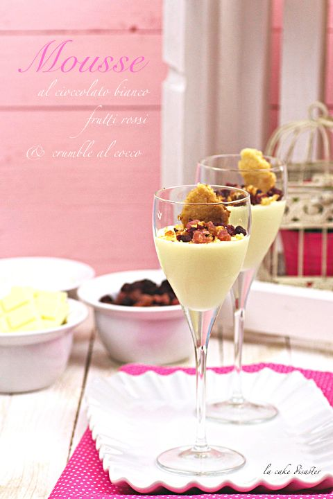 """l'angolo de """"la cake disaster"""": Mousse al cioccolato bianco, frutti rossi e crumbl..."""