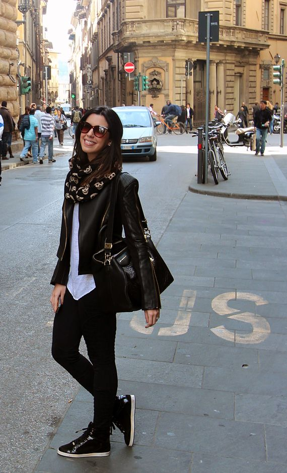 Aquela jaqueta de couro que toda mulher adora + camiseta + tênis + skinny jeans + cachecol de caveirinhas = linda e fabulosa