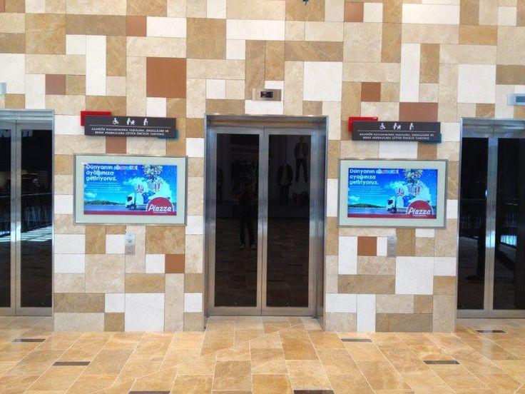 Kahramanmaraş Piazza AVM'de duvara gömülü dijital bilgilendirme ekranları ile müşteriler reklamlardan ve duyurulardan anında haberdar oluyorlar.