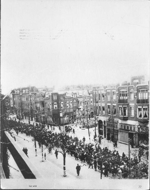 Opgepakte mannen op de Oudedijk in Rotterdam tijdens de razzia van 10 november 1944, dinsdag 65 jaar geleden. De foto is stiekem genomen vanuit een woning.