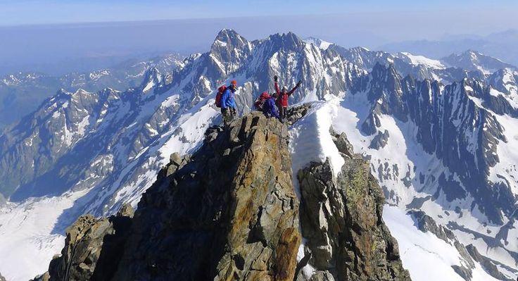 Bernina Gevorderdencursus sneeuw en ijs  Een prachtig vergletsjerd gebied gedomineerd door de indrukwekkende Piz Bernina (4049 m): dat is het Berninamassief gelegen op de grens van Zwitserland en Italië. Op alpiene gevorderdencursus verken je het massief vanuit de Bovalhütte (2495 m). Deze hut ligt aan de rand van de zeven kilometer lange Morteratschgletsjer aan de voet van de Piz Boval. Je beklimt de Piz Morteratsch (3751 m) en de Piz Palü (3905 m) en wisselt tochtdagen af met oefendagen…