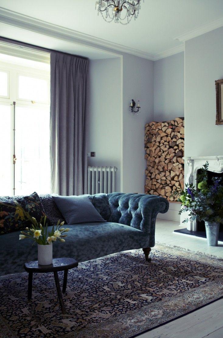 jasne, fioletowe ściany + fioletowe zasłony + aksamitna sofa + klasyczny dywan