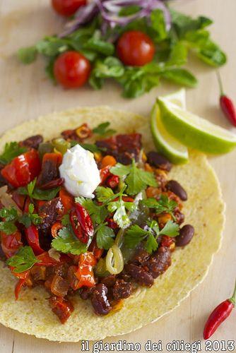 Chili messicano (senza carne) con tortillas di mais http://giardinociliegi.blogspot.it/2013/11/chili-messicano-senza-carne-con.html