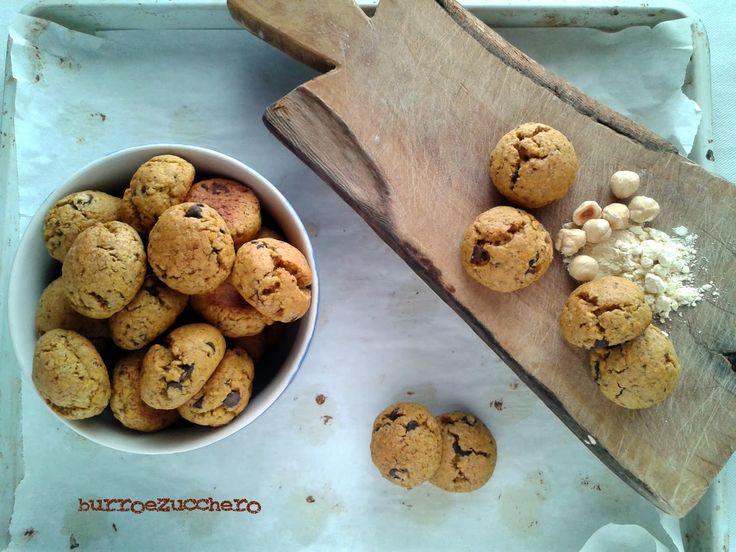 Burro e Zucchero: Storia di scelte e Biscotti con farina di ceci, nocciole e gocce di cioccolato
