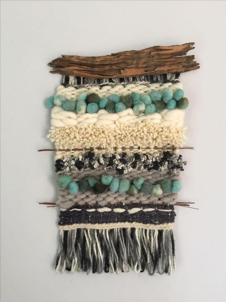 Telar hecho a mano con lanas del sur de Chile. 35 x 55 cm. Palos encontrados en la naturaleza y restaurados aportan el toque rústico. Hecho por claudia Martínez