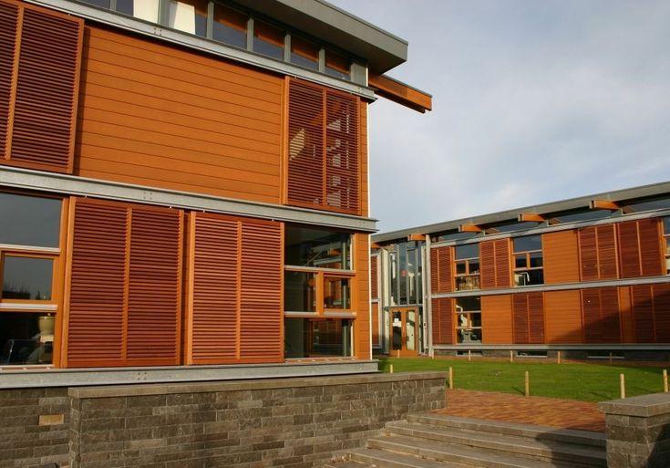 Kantoorgebouwen voorzien van Western Red Cedar schuifluiken behandeld met transparante olie.