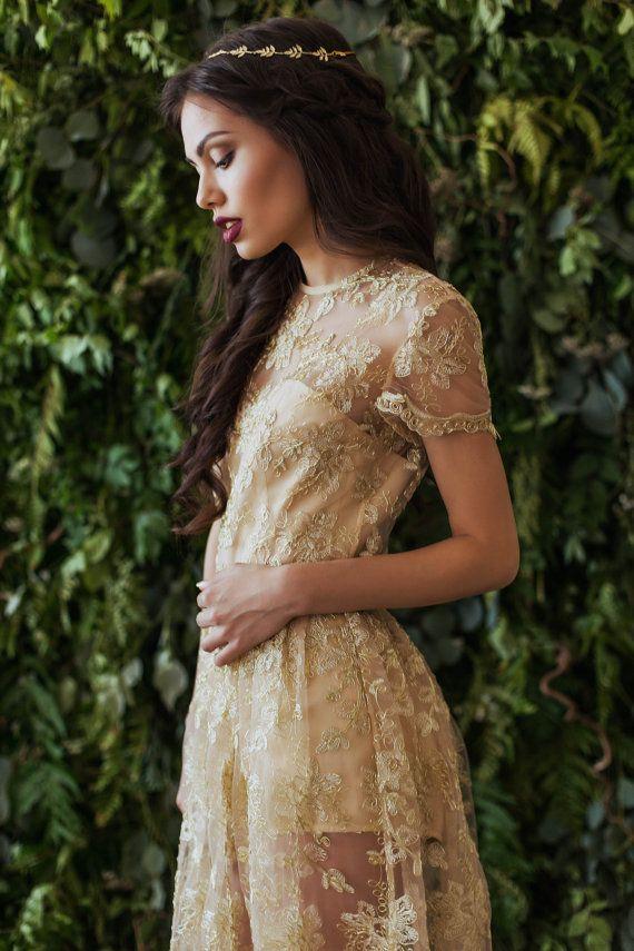 langes kleid aus goldenen spitze oben auf die figur kurzen