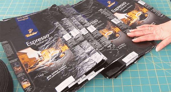 Die Tasche wird aus gebügelten, also verschweissten Kaffeepackungen einfachzusammengenäht. Ich konnte kaum glauben wie stabil und praktisch unsere Kaffee-Einkaufstasche geworden ist.  .  Aktuelle Tchibo-Gutscheine     Die Verpackungen für meine Tasche stammen von Tchibo-Kaffee Espresso ganze Bohnen. Aber wichtig ist, dass es diese festen Tüten sind.   //  Wenn die Packungen gut geleert und ausgewaschen sind, schneide ich sie oben und unten gerade ab. Damit ich auch wirklich ein…