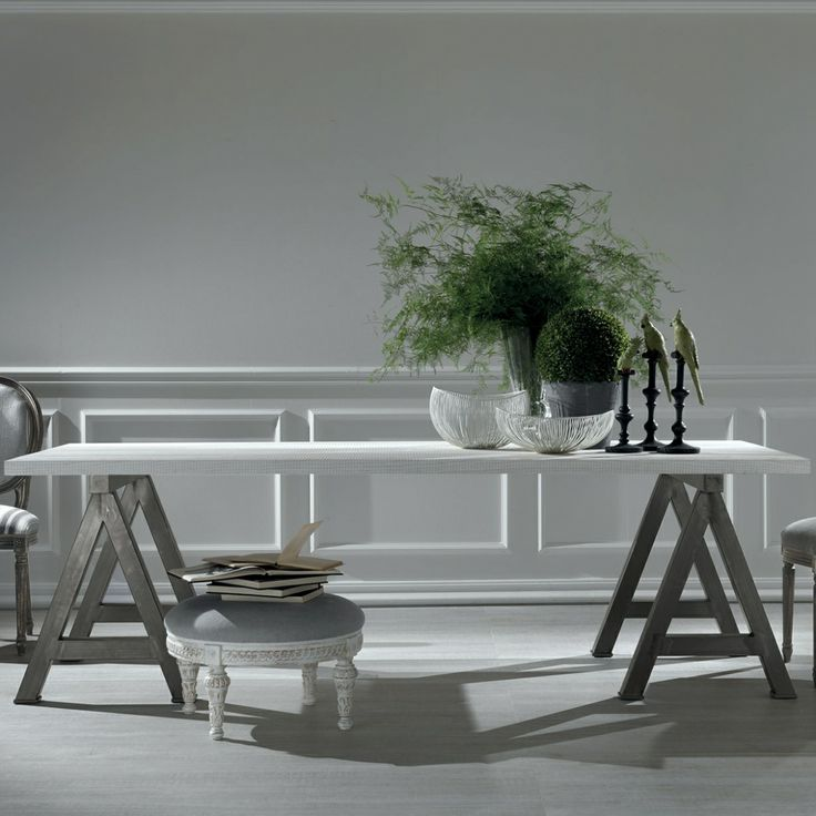 WOODY di MODA' reintepreta il classico tavolo con struttura a cavalletto con un design giovane e spiritoso. Struttura in metallo e piano in esclusivo taglio tranché o laccato. #arredamento #tavoli #legno #interiordesign #vintage #shabby