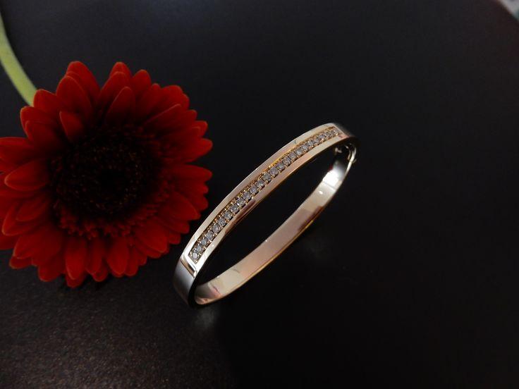 Handgemaakte gouden armband. In opdracht vervaardigd van eigen goud en diamanten uit sieraden van familie.