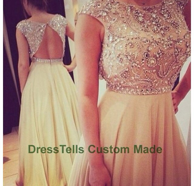 I don't usually like dresses that aren't sleevless but this is seriously amazing!! And i love the vintage look of it