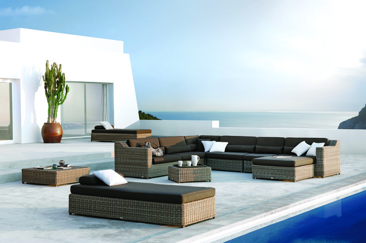 The elegant lines of this collection, combining water-repellent fabrics and synthetic aged rattan cane work in natural tones, exude timeless appeal. The San Diego Modular Sofa by Manutti can be mixed and matched as you like. #Manutti #outdoorliving #outdoordecor #outdoorfurniture #dawsonandco