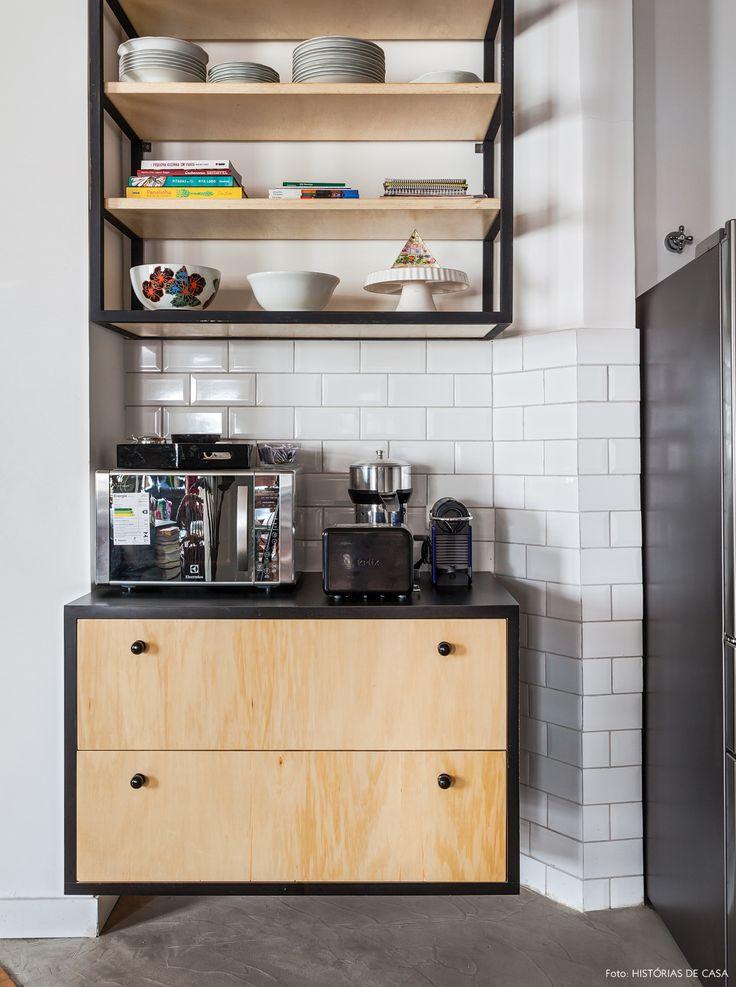 cozinha integrada de estilo industrial com subway tiles na parede e armários abertos