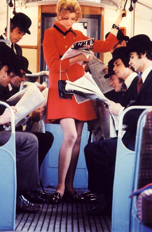 swinging london ロンドンのアンダーグラウンド(地下鉄)でVogueを読む女性と、伝統的な英国紳士をパロディーにした写真