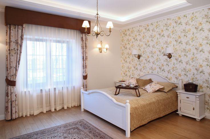 Dekoracyjna tapeta o kwiatowym wzorze wyznaczyła kierunek aranżacji sypialni. Do niej dobrano wszystkie pozostałe elementy. Fot. Monika Filipiuk-Obałek