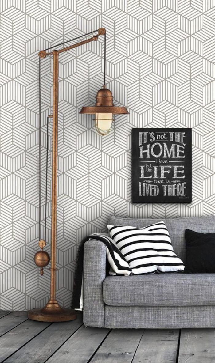 Papier peint blanc lampe de sol industrielle sofa gris et sol de bois