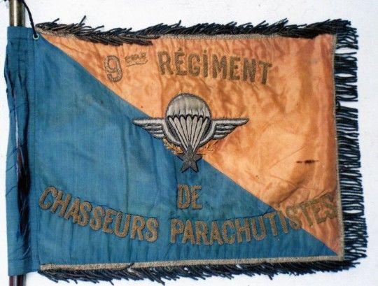 """frangé d' or il est parfaitement conforme au """"1° type"""" Tranché sur ses deux faces de JAUNE ( parties flottantes ) et de BLEU roi (à la hampe) il porte à l' avers un Brevet de Parachutiste et l'inscription 9° Régiment de Chasseurs Parachutistes brodés en cannetille d'or .Au revers , surmontant l'insigne au naturel du 9° R.C.P. l'inscription brodée en cannetille 3° compagnie .La 192° Promotion de Saint Cyr  ( 2005-2008 ) porte le nom de Capitaine BEAUMONT ."""""""