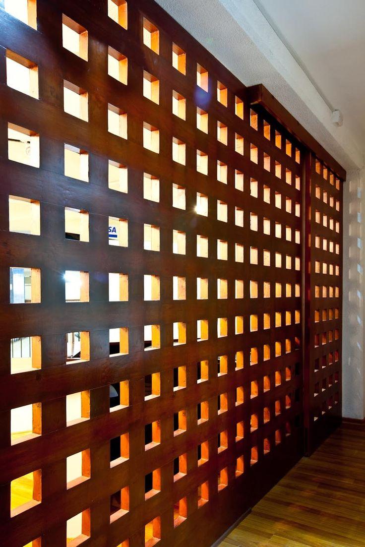 Una propuesta en madera y semi-traslúcida como separador de ambientes.