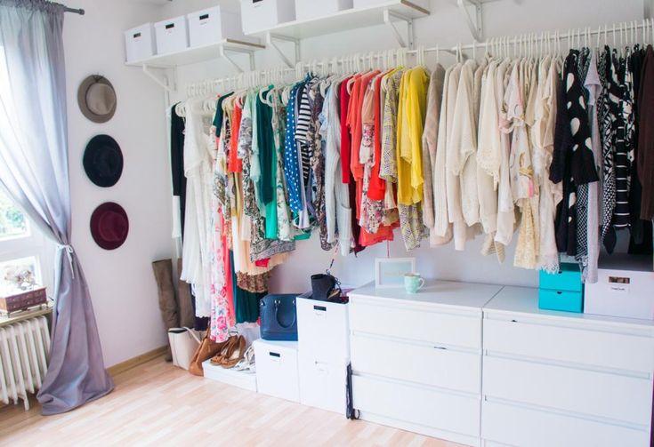 das tolle ankleidezimmer mit kleiderstangen aufbewahrungsboxen und kommoden ankleiderzimmer